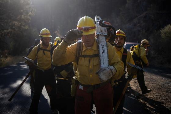 미국에서는 수년전부터 산불을 끄는데 재소자들이 투입되고 있다. 최근 미국에서 산불이 곳곳에서 일어나는 가운데 오리건주의 재소자들이 산불 진화 작업을 하고 있는 모습. 로이터=연합뉴스