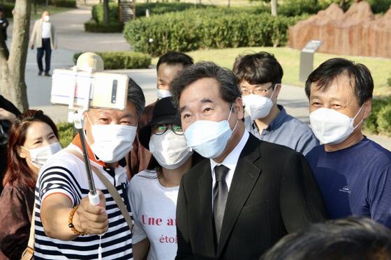 이낙연 더불어민주당 대표가 1일 김해 봉하마을에서 고 노무현 대통령 묘소를 찾은 시민들과 기념촬영을 하고 있다. 뉴스1