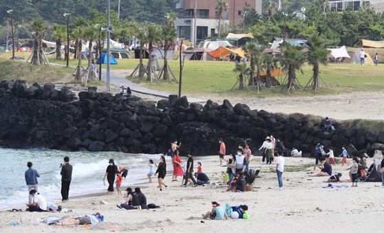 추석인 1일 오후 제주시 조천읍 함덕 해변을 찾은 관광객들이 '추캉스'를 즐기고 있다. 연합뉴스