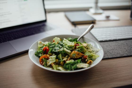 샐러드 한 접시에 집중하는 점심 시간은 요즘들어 나에게 치유의 시간이 된다. [사진 unsplash]