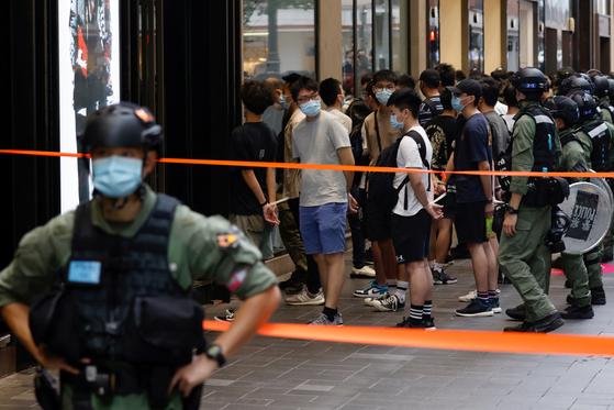 1일 홍콩 경찰이 대만으로 망명하려다 체포된 12명을 석방할 것을 요구하는 시위대를 체포하고 있다. [로이터=연합]