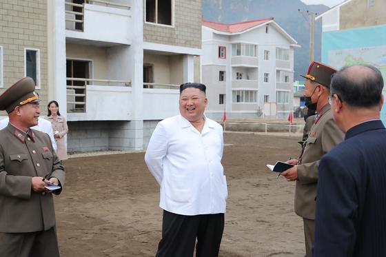 김여정 당 제1부부장이 김정은 북한 국무위원장의 강원도 김화군 수해 복구 현장 현지시찰을 수행했다고 노동신문이 2일 전했다. 그가 북한 매체에 등장한 건 7월 27일이후 66일만이다. [뉴스1]