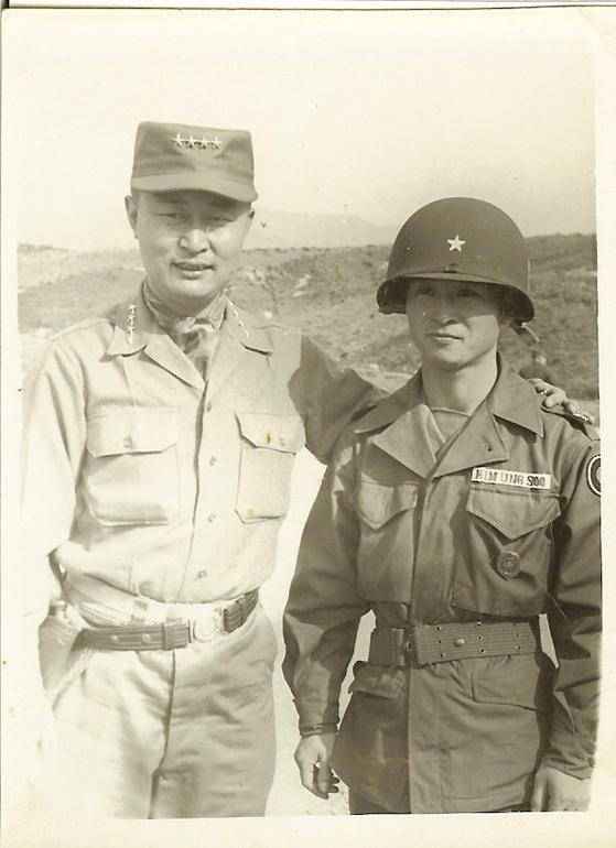 6·25 전쟁 휴전 직전인 1953년 7월 백선엽 육군참모총장(왼쪽)이 화살머리고지 전투를 승리로 이끈 김웅수 제2사단장을 격려 방문했다. [사진 김웅수 장군 유가족]