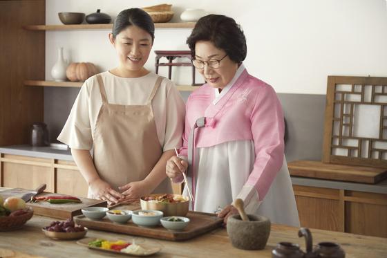 한식당 '남파고택'의 모든 음식은 전남 나주 밀양 박씨 종가의 종부 강정숙씨(오른쪽)와 차종부 김선경씨(왼쪽)의 비법으로 만든다.