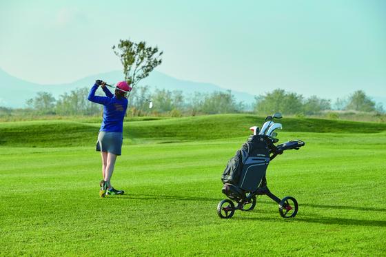 국내 골프장의 이용료가 크게 오르면서 셀프 플레이에 대한 관심이 커지고 있다. [JTBC골프매거진 10월호]