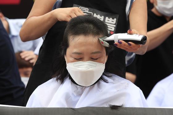 인천공항 비정규직 부당해고 규탄 집회가 열린 지난달 13일 오전 서울 중구 예금보험공사 앞에서 삭발식이 진행되고 있다. 뉴시스