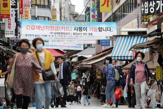 서울 중구 남대문시장에 긴급재난지원금 사용이 가능함을 알리는 현수막이 걸려있다. 뉴스1