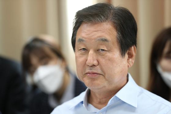 김무성 전 미래통합당(현 국민의힘) 의원이 6월 17일 오후 서울 마포구의 한 사무실에서 열린 '더 좋은 세상' 포럼에서 생각에 잠겨 있다. [뉴스1]
