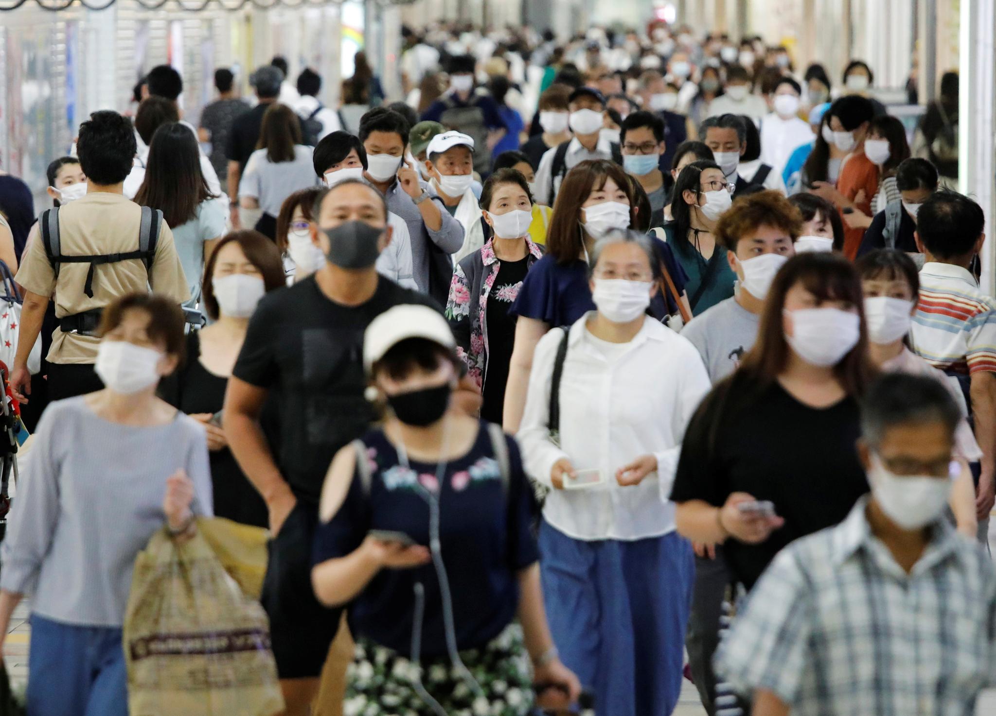 마스크 쓴 인류 '호모 마스쿠스(Homo maskus)'의 등장. 일본 도쿄 지하철을 이용하는 시민들이 신종 코로나감염증을 예방하기 위해 마스크를 착용하고 있다. 로이터=연합뉴스