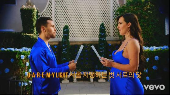미국 팝스타 맥스가 지난달 공개한 '블루베리 아이즈' 뮤직비디오. 아내 에밀리와 함께 방탄소년단 슈가가 만든 한국어 랩을 따라 하고 있는 모습. [유튜브 캡처]