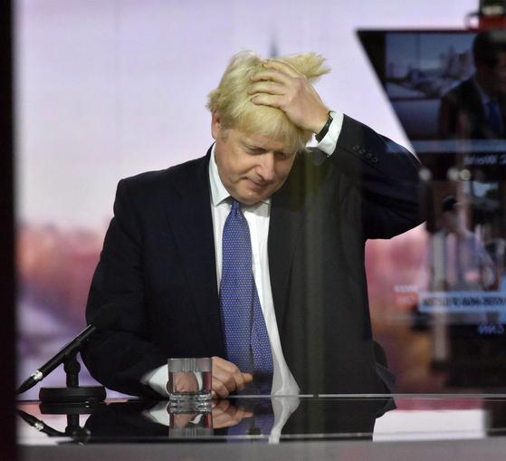 보리스 존슨 영국 총리가 4일 BBC 방송에 나와 인터뷰를 진행하고 있다. AFP=연합뉴스