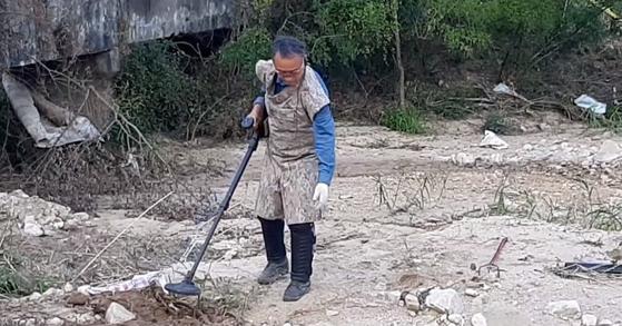 지난달 23일 오전 민간인통제선 내 강원 철원군 이길리에서 김기호 한국지뢰제거연구소장이 지뢰를 탐지하고 있다. [사진 이길리 주민 제공]