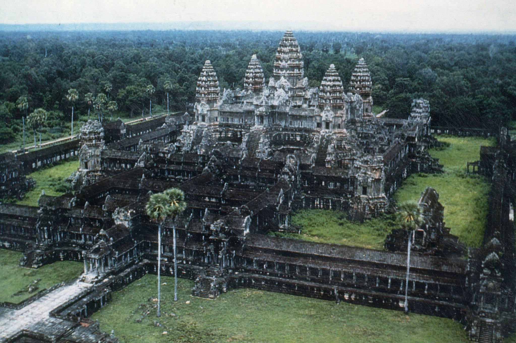 세계 7대 불가사의의 하나로 꼽히는 캄보디아 석조사원 앙코르와트의 전경. 중앙포토