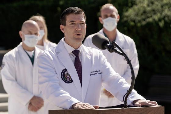 숀 콘리 대통령 주치의는 3일 기자회견을 열고 도널드 트럼프 대통령의 건강 상태에 대해 설명하고 있다. [로이터=연합뉴스]