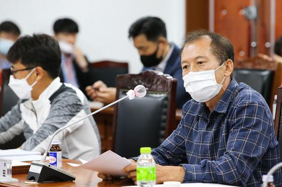 지난달 22일 전남 화순군의회에서 풍력 발전시설 규제 완화에 반대하는 주민들이 반대 입장을 밝히고 있다. 프리랜서 장정필