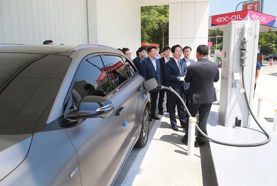 지난해 5월 성윤모 산업통상자원부 장관이 고속도로 안성휴게소(서울방향)를 방문, 업무용 관용 수소차에 수소를 충전하고 고속도로 수소충전소 현장을 점검하고 있다. [뉴스1]