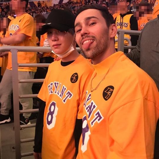 지난 2월 미국 LA에서 NBA 경기를 함께 관람 한 방탄소년단 슈가와 미국 팝스타 맥스(오른쪽). [사진 트위터]