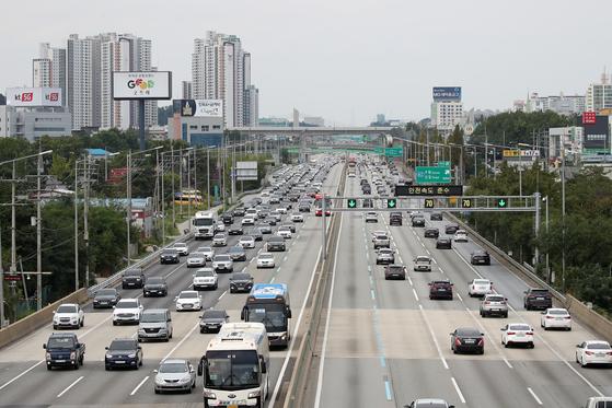 추석 연휴 마지막 날인 4일 경기도 용인시 기흥구 신갈 나들목 인근에서 바라본 경부고속도로에 차량들이 오가고 있다. 뉴스1