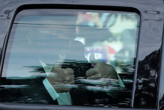도널드 트럼프 미국 대통령이 4일 월터리드 군병원 주변을 차량으로 돌고 있다. 그는 코로나19 확진을 받고 입원했지만 이날 병원 입구로 깜짝 외출을 했다. [로이터=연합뉴스]