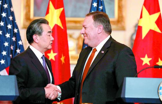 왕이 중국 외교부장이 2018년 5월 미국 워싱턴을 방문해 마이크 폼페이오 미국 국무장관과 회담한 뒤 악수하고 있다.[로이터=연합뉴스]