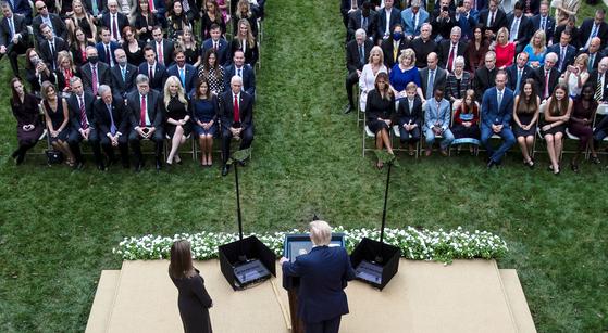 지난달 26일 백악관 로즈가든에서 트럼프 대통령이 대법관 후보를 소개하는 이벤트를 열었다. 이때 코로나에 감염된 것으로 추정된다. 200여명이 참석했으나 아무도 마스크를 쓰지 않았다. [연합뉴스]