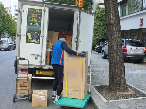 지난달 29일 택배기사 이청하씨가 강남구 청담동의 한 도로에서 택배 물건을 하차하는 모습. 편광현 기자