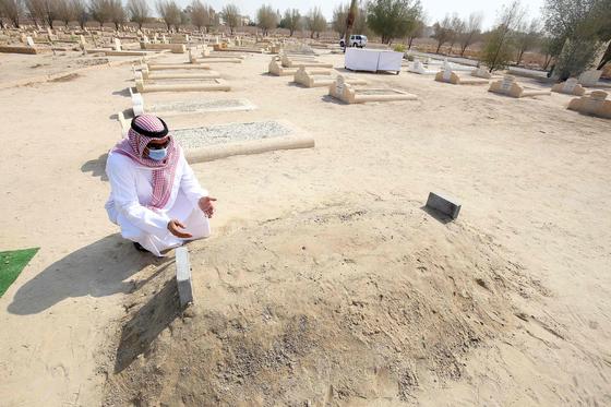 쿠웨이트의 에미르(이슬람 군주) 사바의 장례식 다음날인 10월 1일 그의 작은 무덤에 추모객이 찾아와 기도하고 있다. AFP=연합뉴스