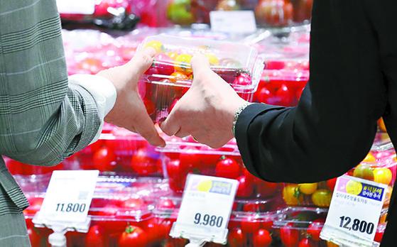 긴 장마와 연이은 태풍으로 토마토 수급이 어려워 가격이 상승한 지난달 28일 오전 서울 시내의 한 대형마트에서 시민들이 토마토를 구매하고 있다. [뉴시스]