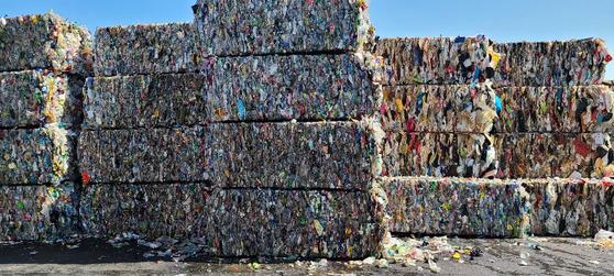 5일 오전 경기도 용인시재활용센터에 선별된 재활용쓰레기가 쌓여 있다. 하나당 500~600kg에 이른다고 한다. 채혜선 기자