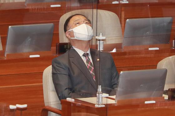 지난달 22일 홍남기 경제부총리 겸 기획재정부 장관이 서울 여의도 국회에서 열린 제382회 국회(정기회) 제8차 본회의에서 생각에 잠겨 있다. 뉴스1