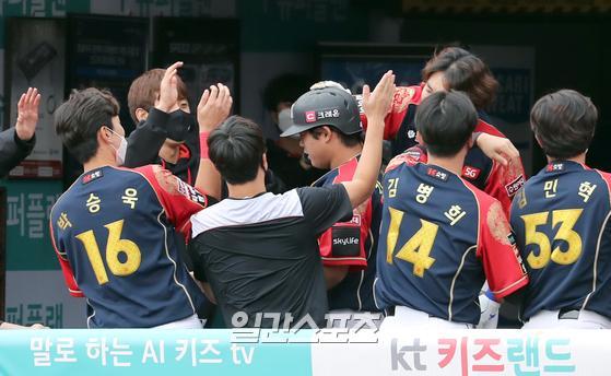 프로야구 KT와 LG의 경기가 4일 오후 수원 KT위즈파크에서 열렸다. KT 강백호가 6회말 우월 1점 홈런을 날리고 동료들과 기뻐 하고있다. 수원=정시종 기자