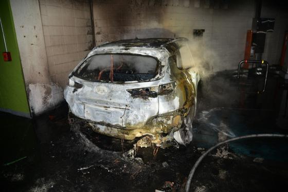 4일 오전 대구 달성군 유가읍 한 아파트단지 지하주차장에서 전기차에 화재가 발생해 불에 탄 모습. 대구소방안전본부
