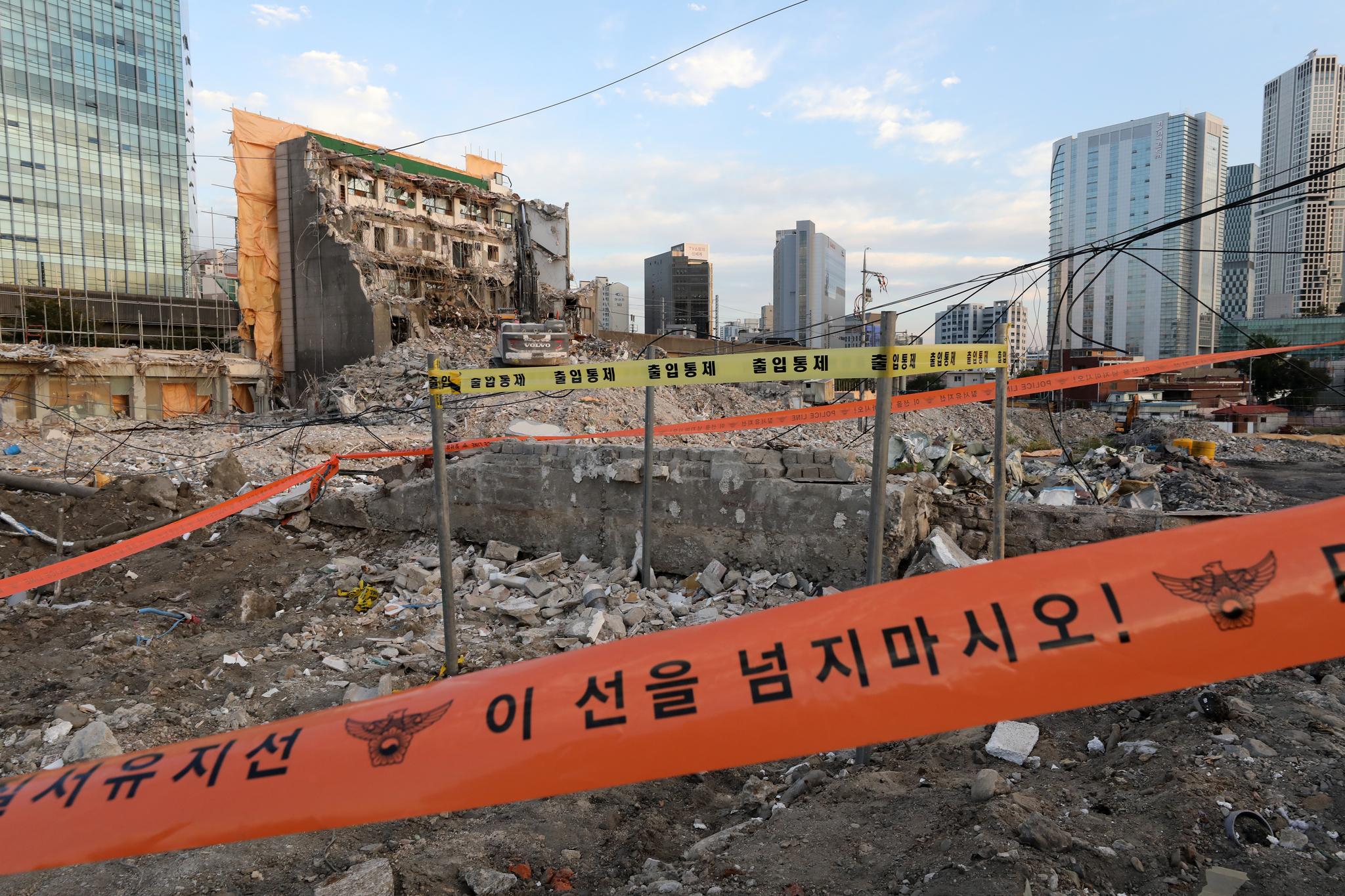 5일 오후 서울 성수동의 한 아파트 공사현장에서 포탄 1발이 발견돼 군 폭발물 처리반(EOD)에서 회수했다. 뉴스1