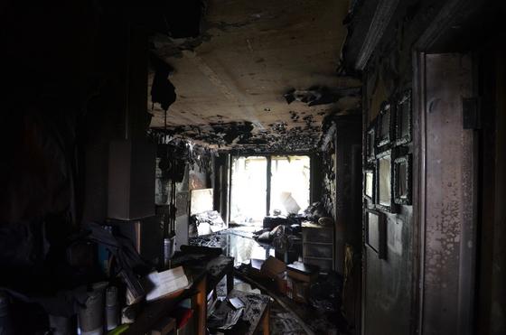 5일 오전 10시52분쯤 인천시 남동구 만수동 전체 15층짜리 아파트 4층 A군(13)의 주거지에서 불이 났다는 신고가 119로 접수돼 신고를 받고 출동한 소방이 구조작업을 벌이고 있다. 사진 인천소방본부