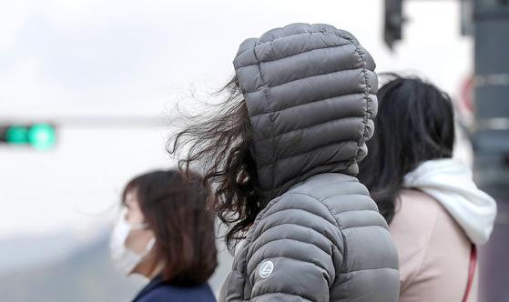 추석 연휴가 끝나고 첫 출근길인 5일 아침 기온이 뚝 떨어졌다. 사진은 기사 내용과 관련 없음. 연합뉴스