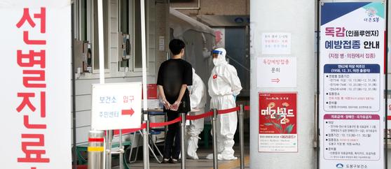 서울 도봉구 보건소에 마련된 선별진료소에서 의료진들이 시민들을 상대로 코로나19 진단검사를 하고 있다. 뉴스1