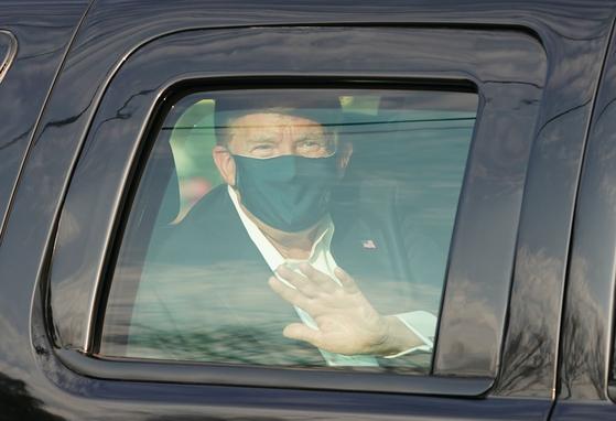 아직 쾌유하지 않았지만 병원 밖으로 차를 타고 나온 트럼프 대통령. 차 안은 좁고 환기가 안돼 전문가들은 위험하다고 우려했다. 연합뉴스