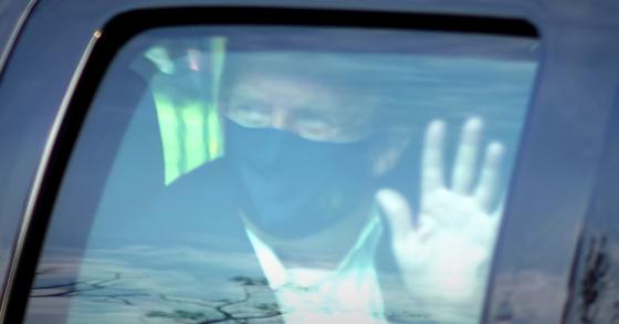 도널드 트럼프 미국 대통령이 4일(현지시간) 신종 코로나바이러스 감염증(코로나19)으로 입원 중인 메릴랜드주 베세즈다의 월터 리드 군 병원 밖으로 차를 타고 나와 지지자들 앞을 지나면서 손을 흔들고 있다. [AP=연합뉴스]
