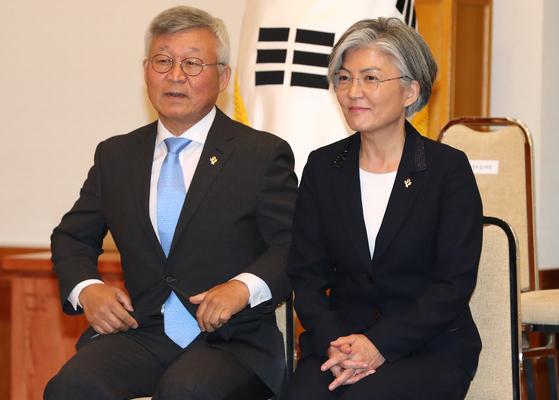 강경화(오른쪽) 외교부 장관과 남편 이일병 연세대 명예교수. 연합뉴스