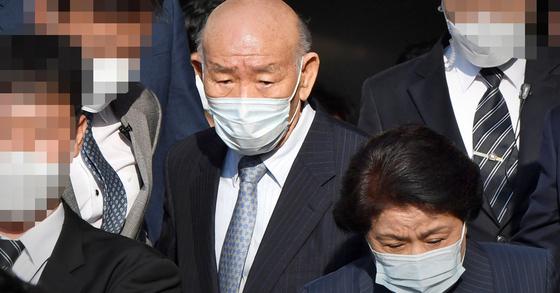 지난 4월 27일 고(故) 조비오 신부에 대해 사자명예훼손 혐의를 받는 전두환씨가 광주지법에서 열린 재판을 마친 뒤 법원을 나서고 있다. 뉴스1