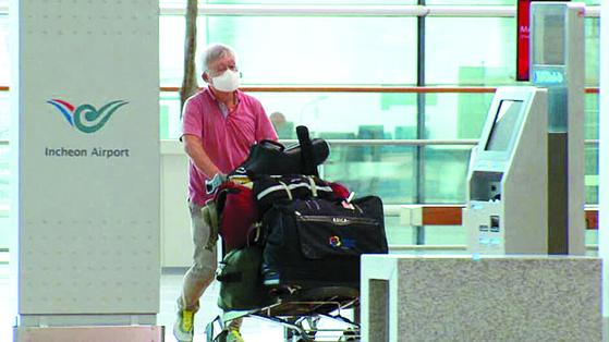 강경화 장관의 남편 이일병 연세대 명예교수가 3일 인천공항에서 이동하고 있다. [사진 KBS 방송 캡처]