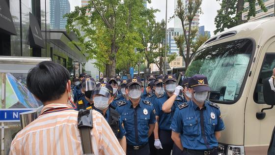 3일 광화문에서 열린 집회에서 경찰이 경계하고 있다. 편광현 기자