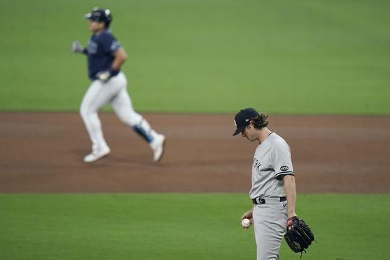 탬파베이 최지만(위)에게 홈런을 맞고 고개를 숙인 뉴욕 양키스 게릿 콜. [AP=연합뉴스]