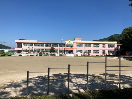 충북 괴산군 장연면에 있는 장연초등학교 전경. [사진 괴산군]