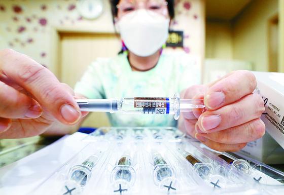 서울 한 병원에서 간호사가 독감백신을 살펴보는 모습. 연합뉴스