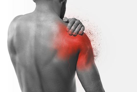 근골격계 통증 중 어디가 가장 흔할까 생각해보면 단연 어깨부위다. [중앙포토]