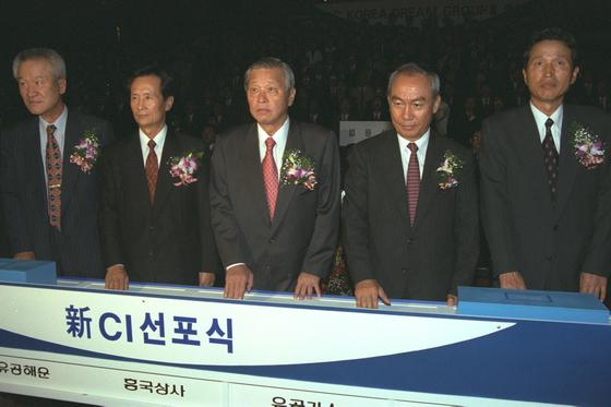 SK는 유공 시절부터 바이오 사업에 뛰어들었다. 1997년 10월 유공이 회사명을 SK로 바꾸고 선포식을 하고 있다. 가운데가 고 최종현 회장이다. [중앙포토]