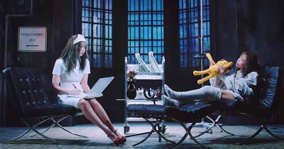 블랙핑크 '러브식 걸즈' 뮤직비디오에서 제니가 간호사 복장을 하고 등장한 장면. 유튜브 캡처