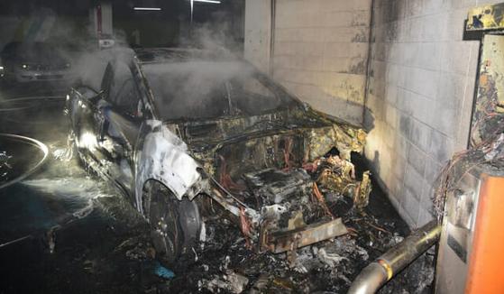 4일 오전 대구 달성군 한 아파트 지하주차장에서 코나EV 화재 사고가 일어났다. 이 화재로 차량은 17분만에 전소됐다. 국립과학수사연구원이 현재 발화 원인에 대해 조사하고 있다. [달성소방서]