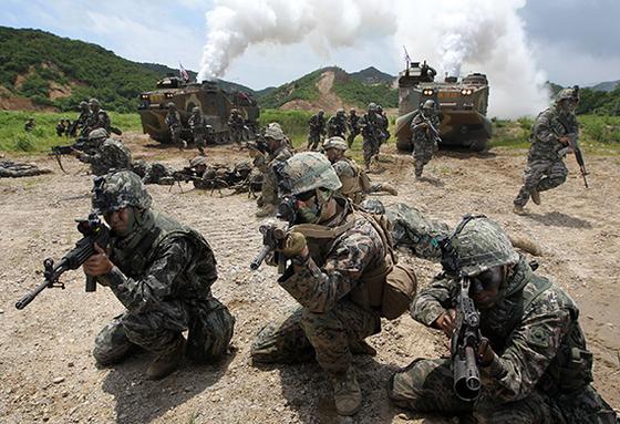 한·미 해병대원들의 연합 공지전투훈련. 미·중의 전략경쟁이 격화하며 미국이 대중 봉쇄를 위해 주한미군의 역할을 변화시킬 수 있어 대비해야 한다는 지적이 나온다. [중앙포토]